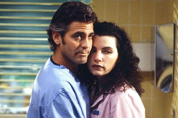 Свою первую серьезную роль Клуни получил в 1994 году в телесериале Скорая помощь. Роль обаятельного доктора Дага Росса – педиатра, нарушающего правила ради здоровья пациентов, сделала его звездой. - Sputnik Беларусь