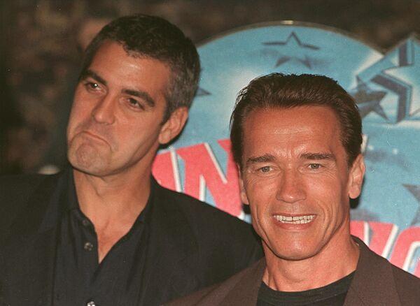 Ну как он мог отказаться от роли Бэтмена? Фильм имел средний кассовый успех, и позже был назван самим Клуни напрасной тратой денег. - Sputnik Беларусь