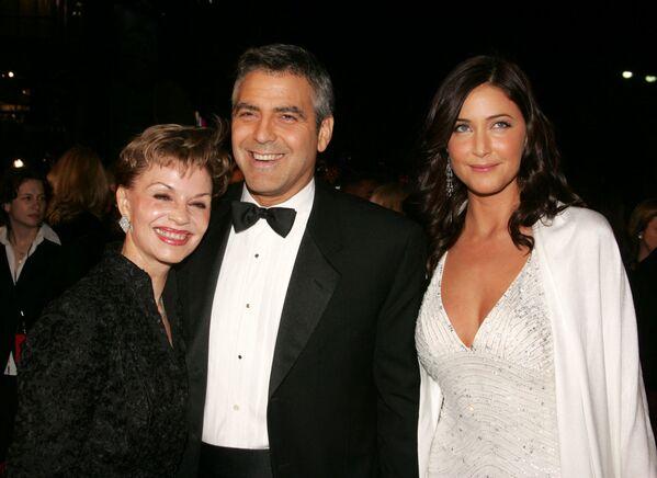 С матерью Ниной Уоррен (слева) и подругой моделью Лизой Сноуден на премьере фильма Двенадцать друзей Оушена 8 декабря 2004 года в Голливуде. - Sputnik Беларусь