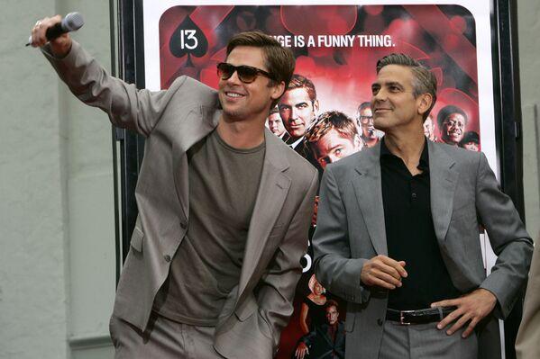 Брэд Питт и Джордж Клуни перед премьерой фильма Тринадцать друзей Оушена 5 июня 2007 года в Лос-Анджелесе.  - Sputnik Беларусь