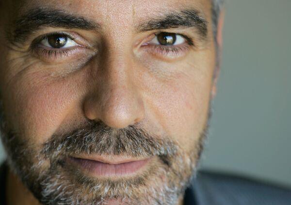 Режиссерским дебютом Клуни стал фильм Признания опасного человека (2002). А чуть позже в 2005-м он получил премию Оскар как лучший актер второго плана в фильме Сириана. - Sputnik Беларусь