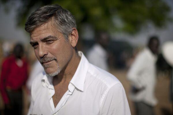 Актер и правозащитник, он несколько раз посещал нестабильный приграничный регион между Суданом и Южным Суданом, и даже был задержан во время акции протеста у посольства. - Sputnik Беларусь