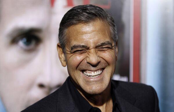 """После успеха Доброй ночи и удачи, Клуни сказал, что планирует посвящать больше своего времени режиссуре. Четвертая режиссерская работа, политический триллер Мартовские иды, принесла ему очередную номинацию на Оскар. В 2012 году он выступил в качестве продюсера другого политического триллера Операция """"Арго"""", за что получил заветную статуэтку. - Sputnik Беларусь"""