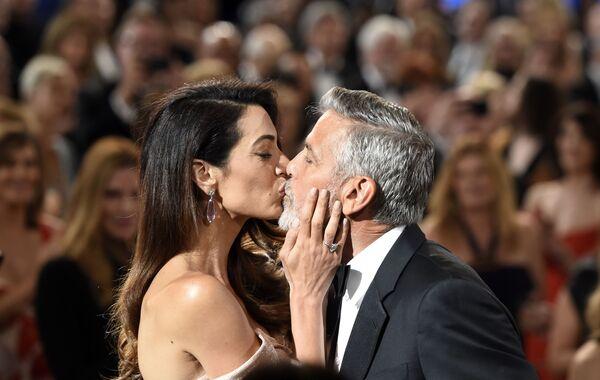 Амаль Клуни поддержала мужа поцелуем на премии Американского института киноискусства за прижизненные достижения. Вечер 7 июня 2018 года стал для Джорджа Клуни особенным: он получил награду за многолетнюю работу в Голливуде.  - Sputnik Беларусь