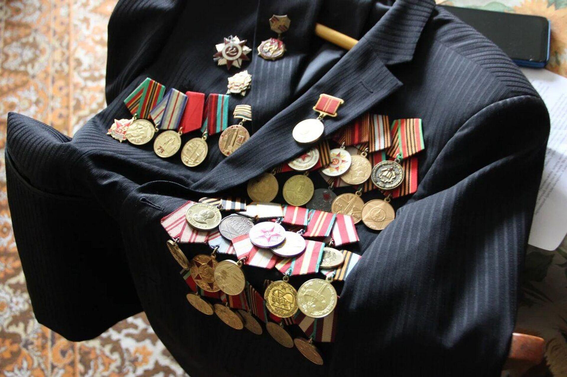 В прошлом году на 75-летие Победы Константину Александровичу подарили две юбилейные награды – одну белорусскую, вторую – российскую, а всего у него более 20 медалей и орденов - Sputnik Беларусь, 1920, 29.06.2021