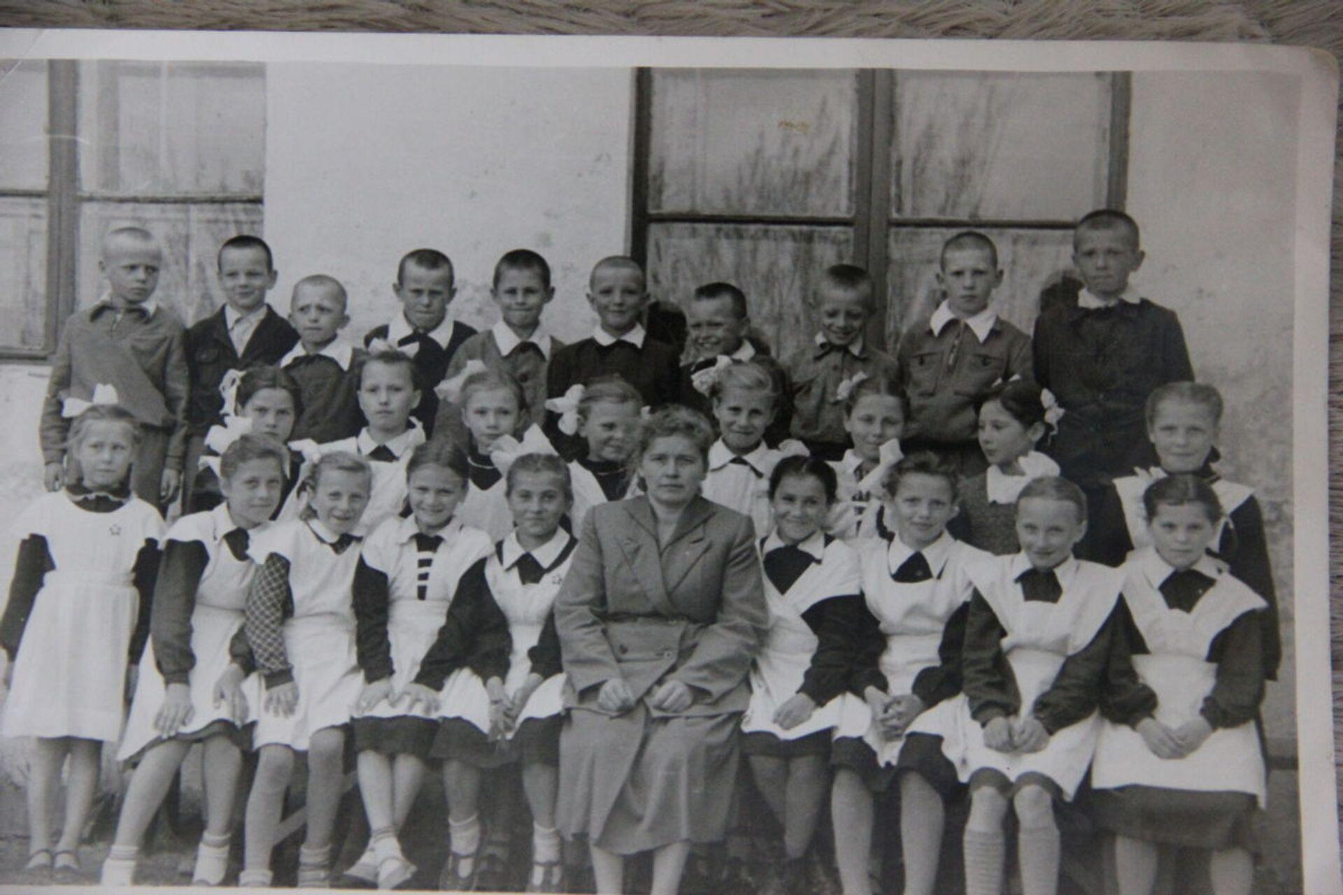 Учительница-партизанка со своим классом. Фото сделано в сентябре 1945-го - Sputnik Беларусь, 1920, 29.06.2021