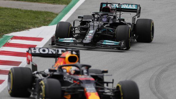 Макс Ферстаппен из Red Bull и Льюис Хэмилтон из Mercedes во время гонки - Sputnik Беларусь