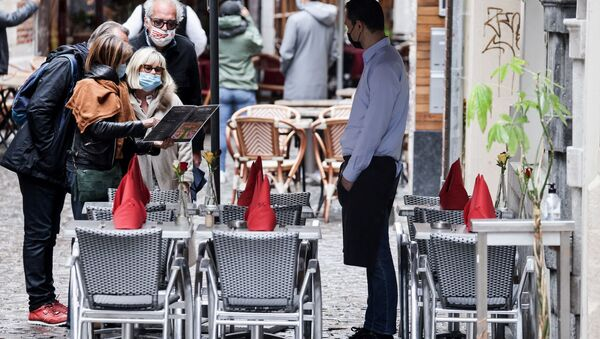 Официант ждет клиентов на террасе ресторана в Брюсселе  - Sputnik Беларусь