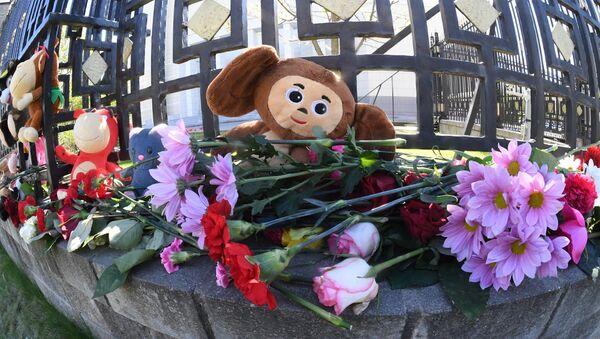 Белорусы несут цветы и игрушки к российскому посольству в связи с гибелью детей в Казани - Sputnik Беларусь