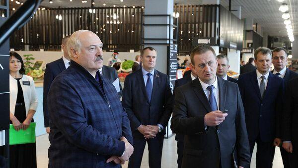Аляксандр Лукашэнка ў час наведвання фермерскай экорынка ў Мінскім раёне - Sputnik Беларусь