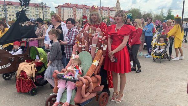 Каўбасная прынцэса і Спутник V: парад калясак прайшоў у Гродна - відэа - Sputnik Беларусь