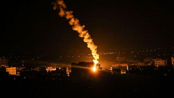 Сигнальные ракеты израильских сил освещают небо в Рафахе на юге сектора Газа - Sputnik Беларусь