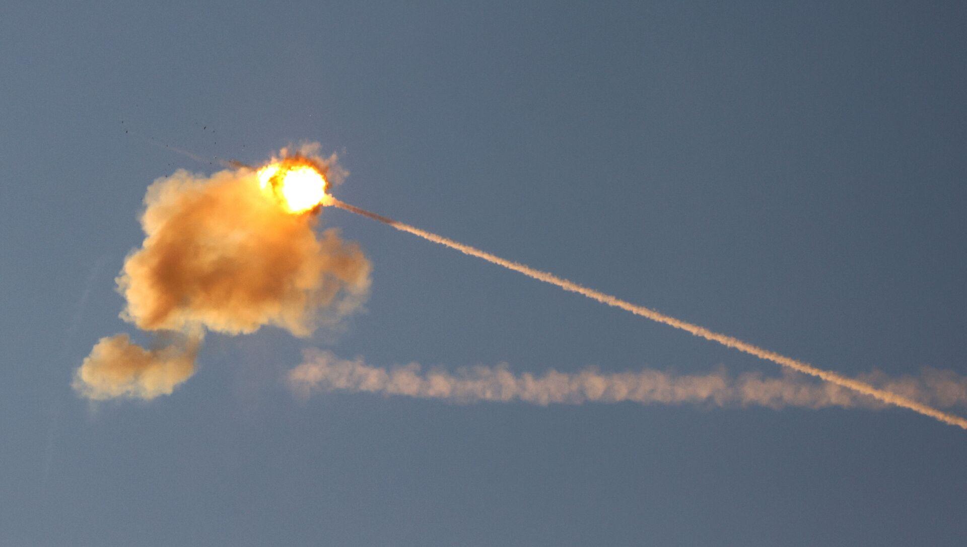 Израильская противоракетная система Железный купол перехватывает ракету, запущенную из сектора Газа - Sputnik Беларусь, 1920, 18.05.2021