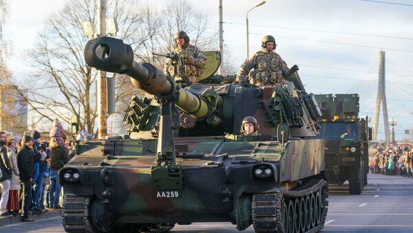 Латвийские самоходные гаубицы М109 на параде - Sputnik Беларусь
