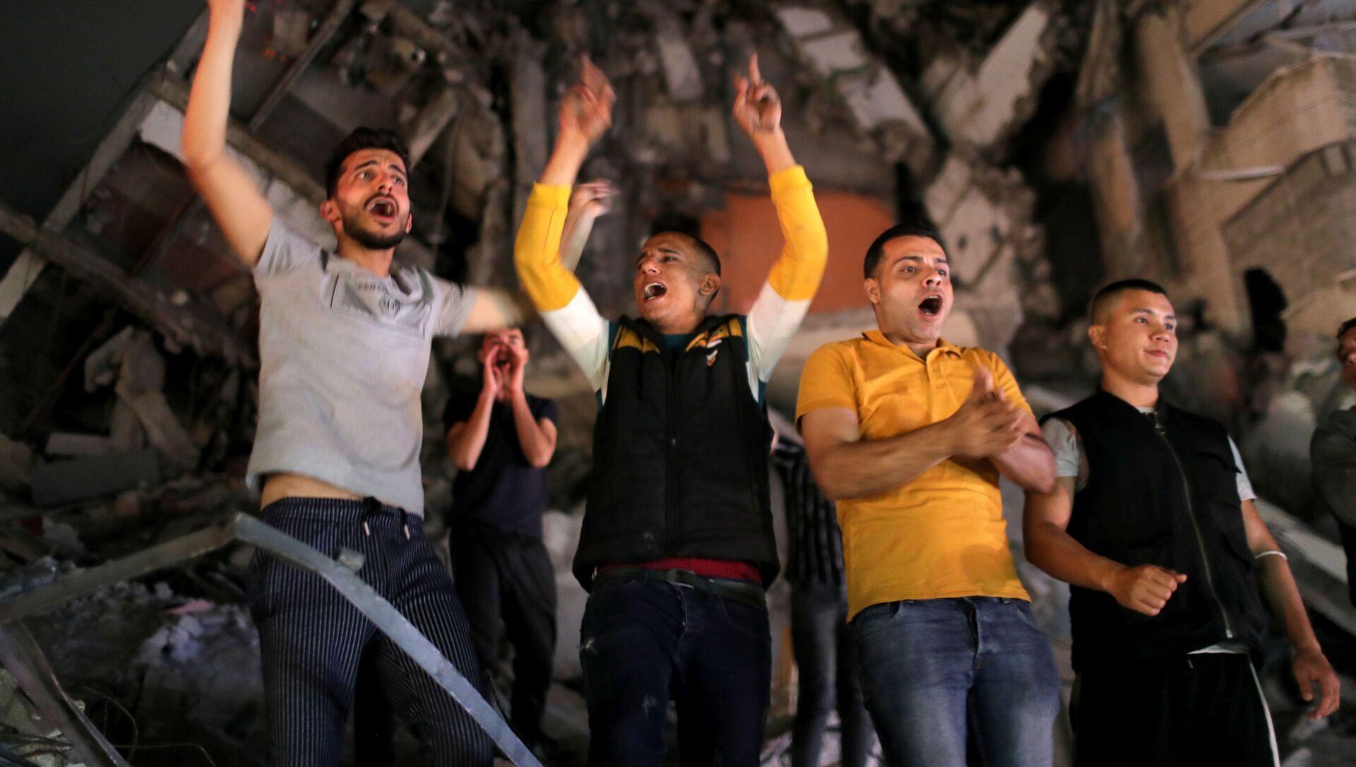 Палестинцы празднуют на улицах прекращение огня в секторе Газа - Sputnik Беларусь, 1920, 21.05.2021