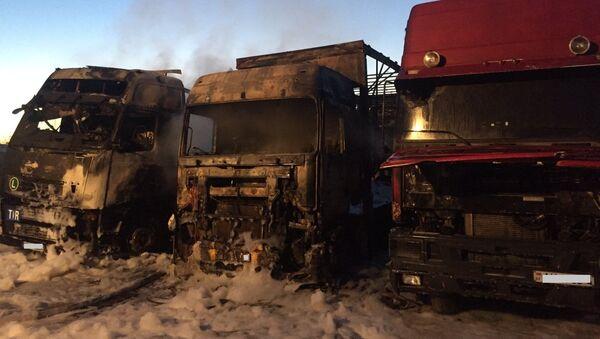 Три фуры сгорели дотла в Волковыске – видео - Sputnik Беларусь