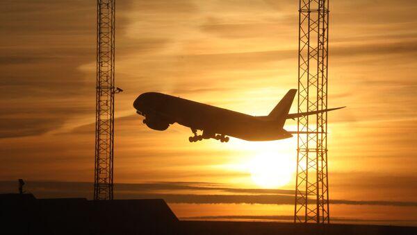 Самолет взлетает на закате в аэропорту Стокгольма  - Sputnik Беларусь