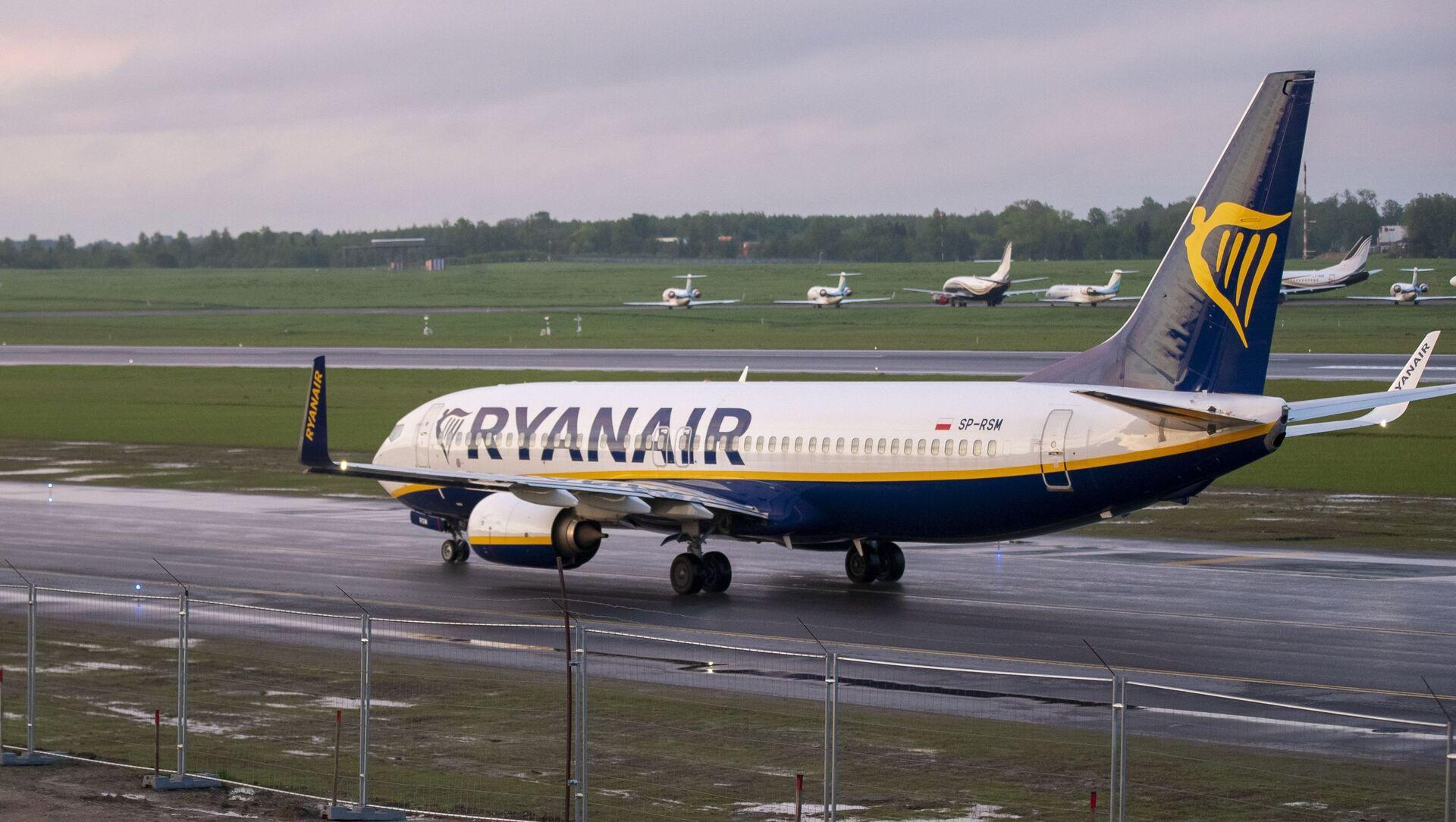 Самолет Ryanair с регистрационным номером SP-RSM, на котором летел Роман Протасевич и который был направлен в Минск после угрозы взрыва, приземляется в международном аэропорту Вильнюса - Sputnik Беларусь, 1920, 16.06.2021