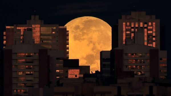 Полная Луна перед началом затмения среди кварталов Бразилиа - Sputnik Беларусь