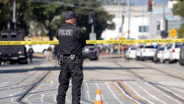 Полицейский на месте стрельбы в Сан-Хосе - Sputnik Беларусь
