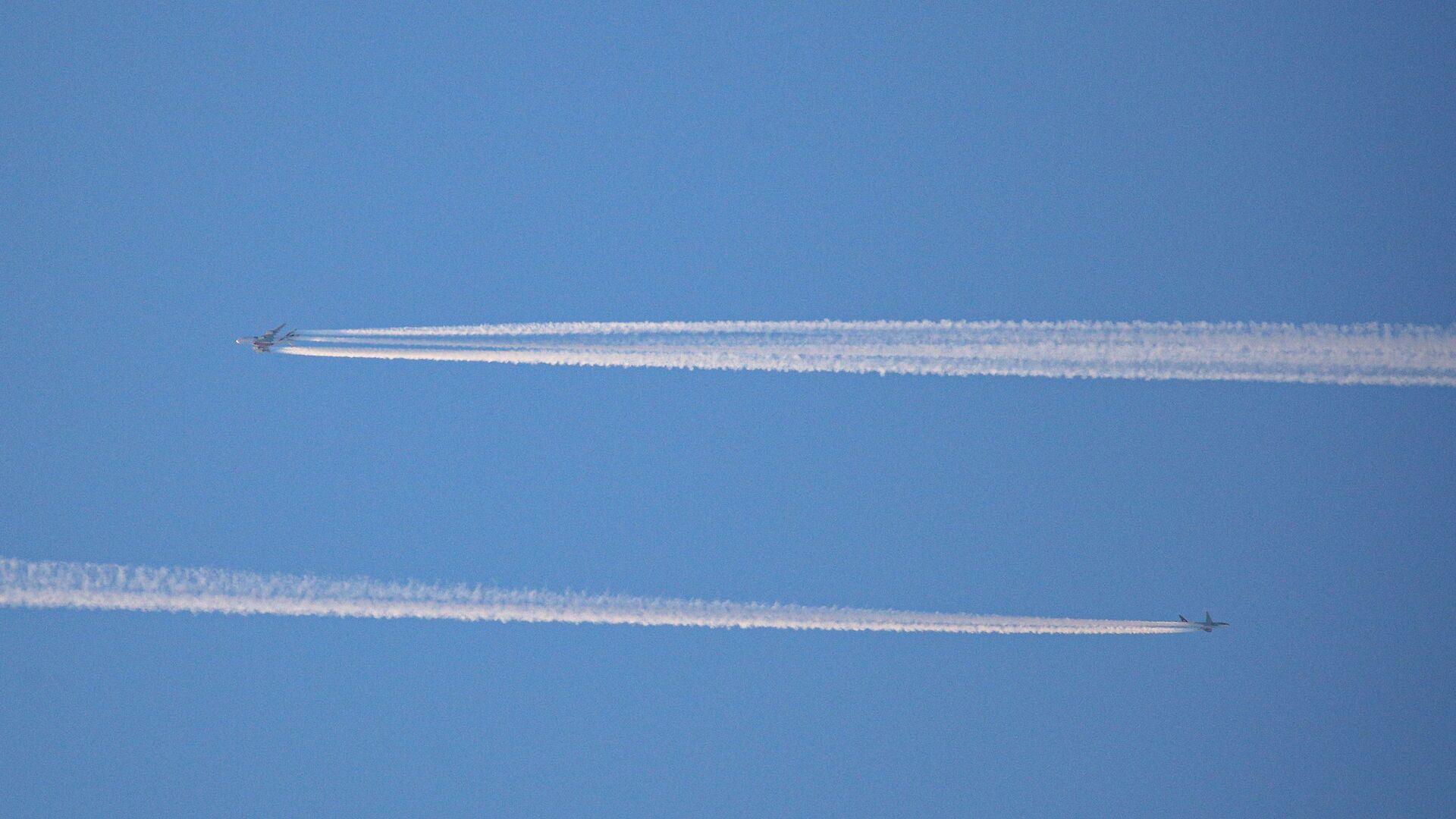 Пересечение воздушных гражданских самолетов в небе  - Sputnik Беларусь, 1920, 30.09.2021