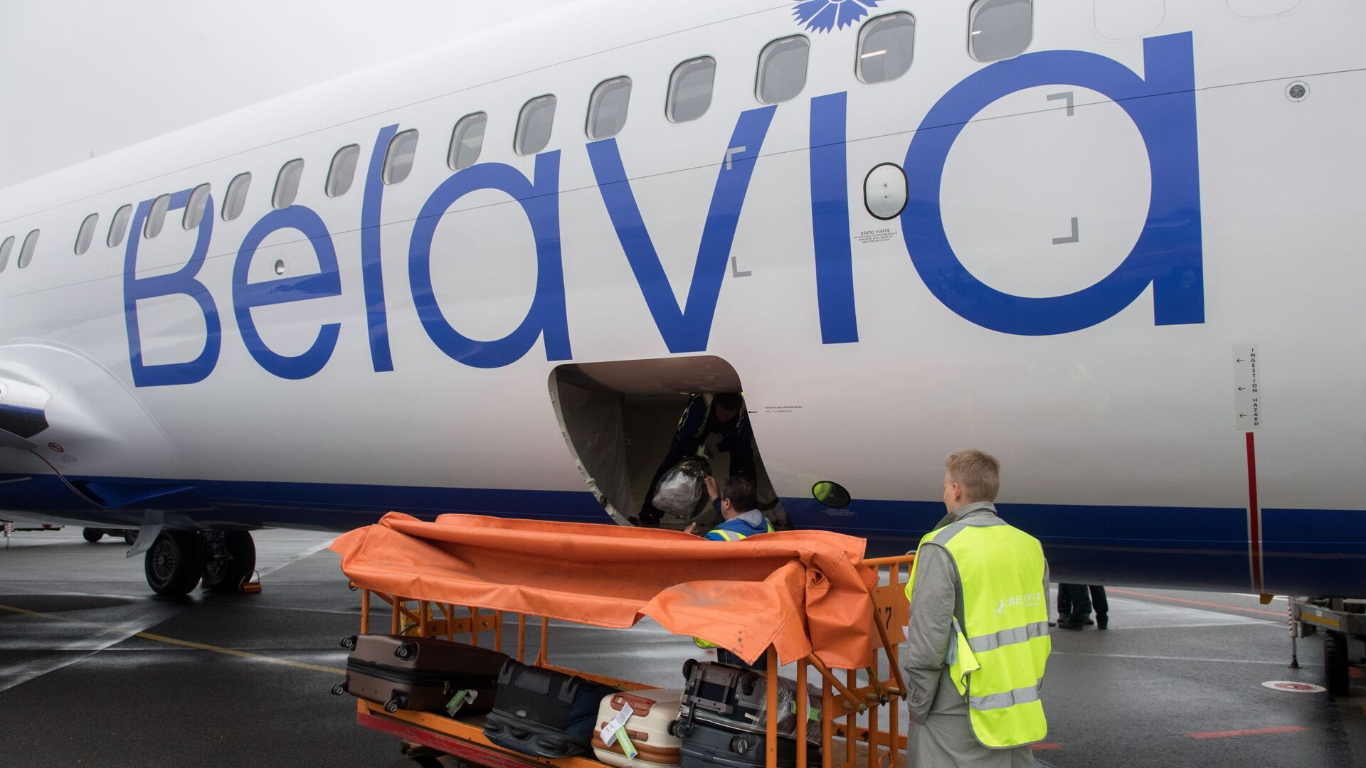 Загрузка чемоданов пассажиров в багажный отсек самолета белорусской авиакомпании Белавиа - Sputnik Беларусь, 1920, 08.10.2021