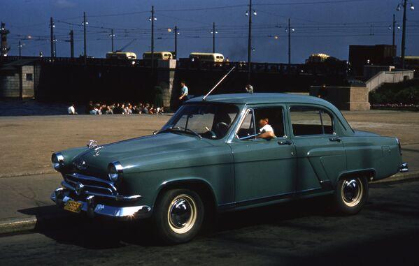 ГАЗ-21 Волга на улице Ленинграда, 1958 год. - Sputnik Беларусь