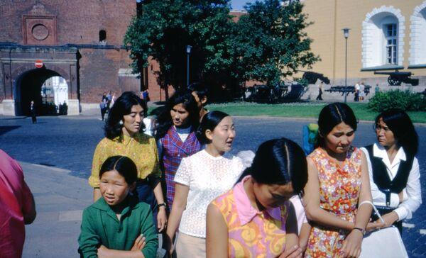 Группа туристов из Средней Азии у Кремля, 1972 год. - Sputnik Беларусь