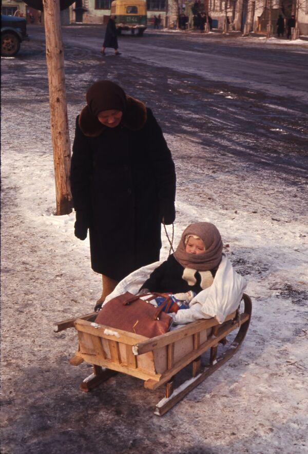 Пожилая женщина с ребенком на санках в Переславль-Залесском, 1964 год. - Sputnik Беларусь