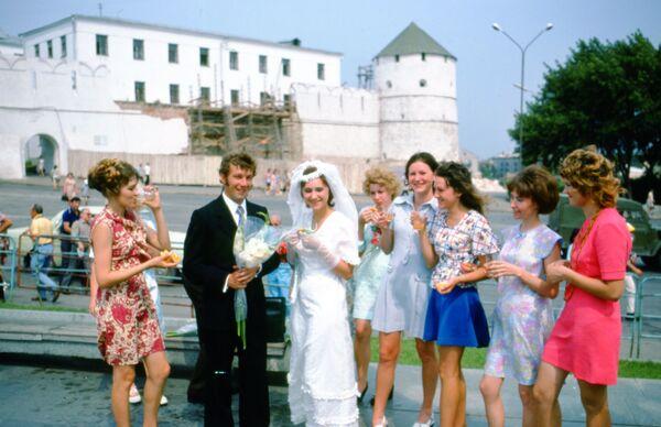 Свадьба напротив Казанского Кремля, 1975 год. - Sputnik Беларусь