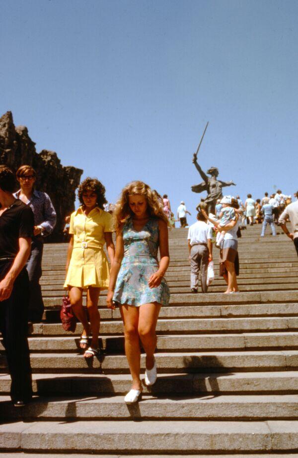 Люди во время посещения монумента Родина-Мать зовет на Мамаевом Кургане в Сталинграде. - Sputnik Беларусь