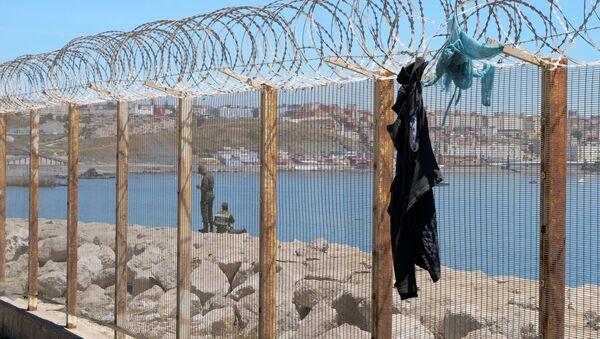 Одежда висит на заборе в Фнидеке, недалеко от испанского анклава Сеута, в Марокко - Sputnik Беларусь