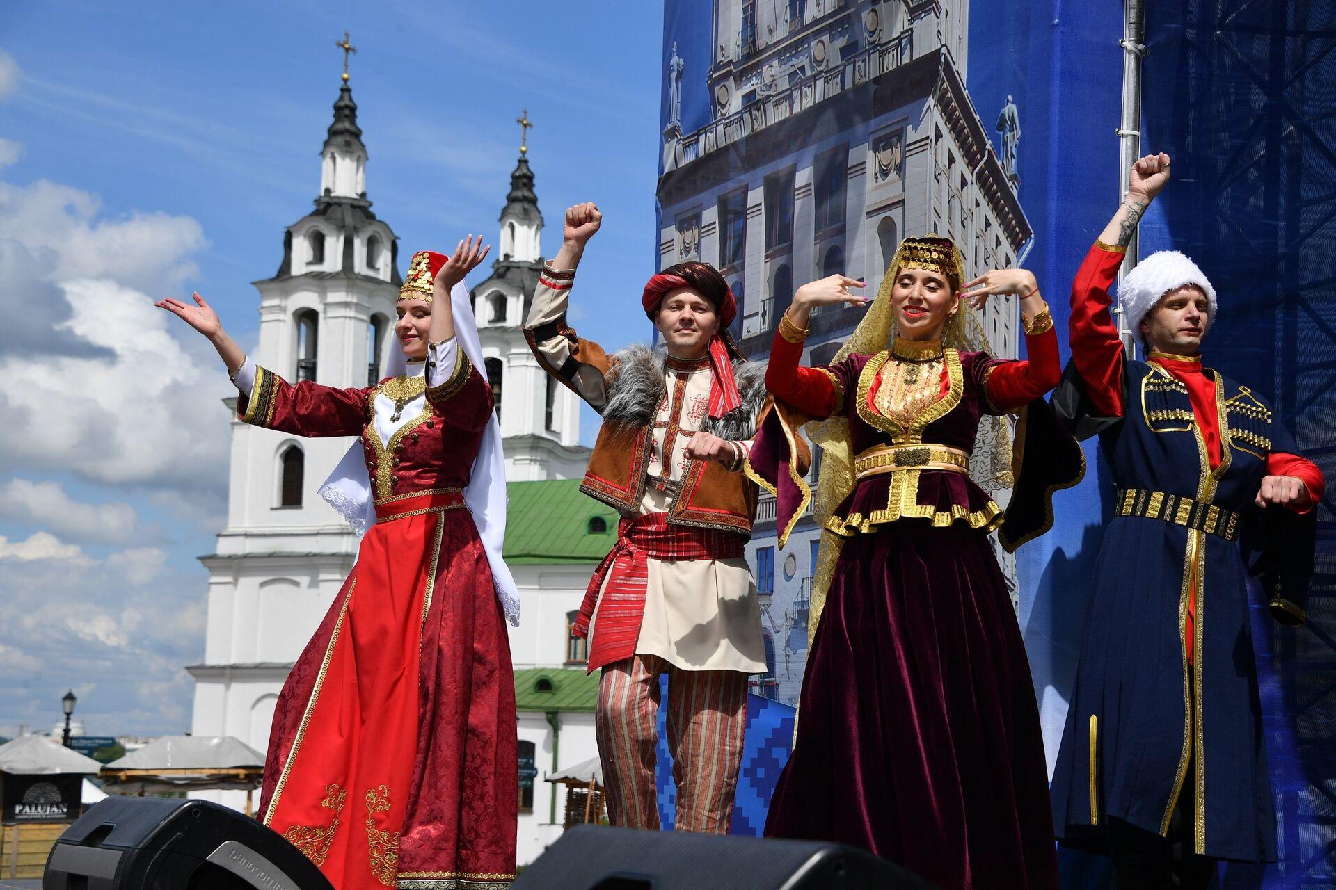 Фестиваль культур стран СНГ проходит в Верхнем городе в Минске - Sputnik Беларусь, 1920, 29.06.2021
