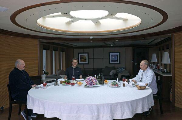 Отец и сын часто бывают в Сочи. 29 мая 2021 года с президентом России Владимиром Путиным они отдыхали на яхте. - Sputnik Беларусь
