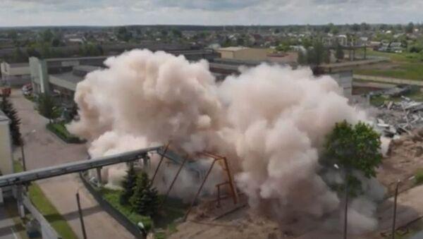 Завяршальны этап: МНС узарвала будынак завода Легмаш у Оршы - відэа - Sputnik Беларусь
