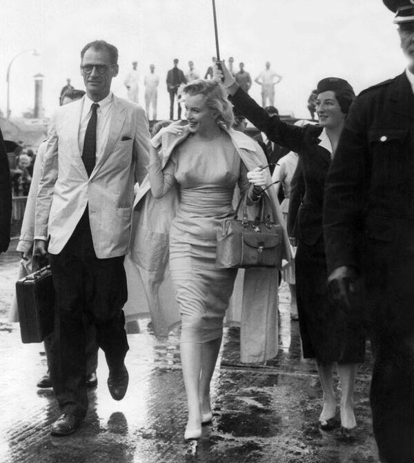 Мэрилин Монро и американский драматург Артур Миллер в аэропорту Лондона 14 июля 1956 года. - Sputnik Беларусь