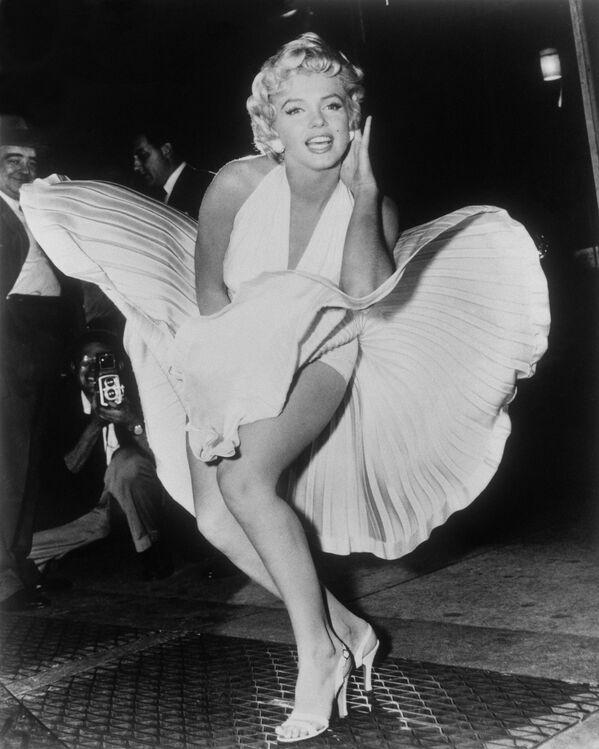 Самый известный кадр с актрисой: Мэрилин Монро позирует во время съемок фильма Зуд седьмого года в Нью-Йорке. Тогда поток воздуха от проходящего под землей поезда и идущий из решетки вентиляционной системы нью-йоркского метро, раздул юбку белого платья Мерлин Монро. Забавно, что сцена с платьем стала культовой, а про сам фильм уже мало кто помнит. Платье было продано с аукциона в 2011 году за просто невероятную цену - 5,6 миллионов долларов. - Sputnik Беларусь