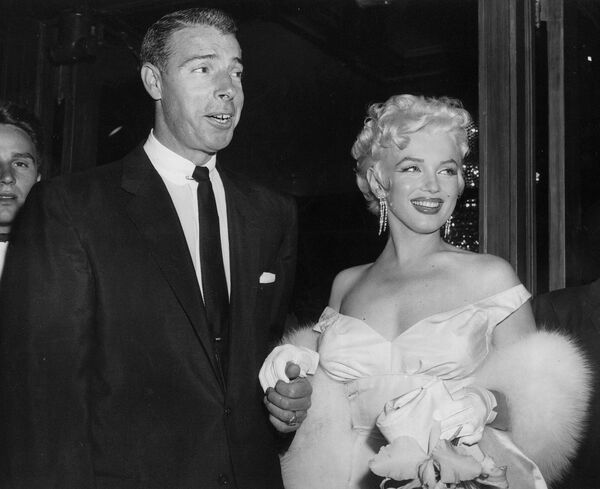 Мэрилин Монро и ее супруг, американский бейсболист Джо Ди Маджо в театре, 2 июня 1955 года.  - Sputnik Беларусь