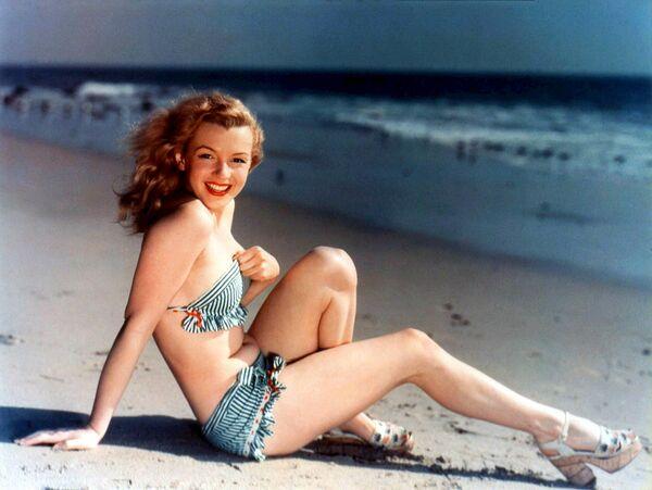 Монро начала работать моделью в конце 1940-х годов, например, позировала для календаря и почтовых открыток.  - Sputnik Беларусь