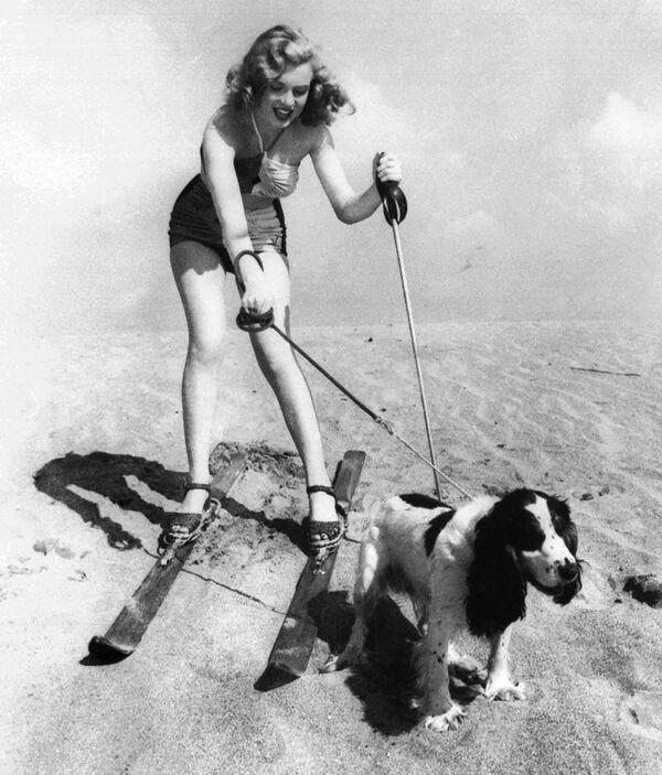 Старлетка Мэрилин Монро на пляже со своей собакой Рюффлс, 1947 год. Мэрилин очень любила собак. - Sputnik Беларусь