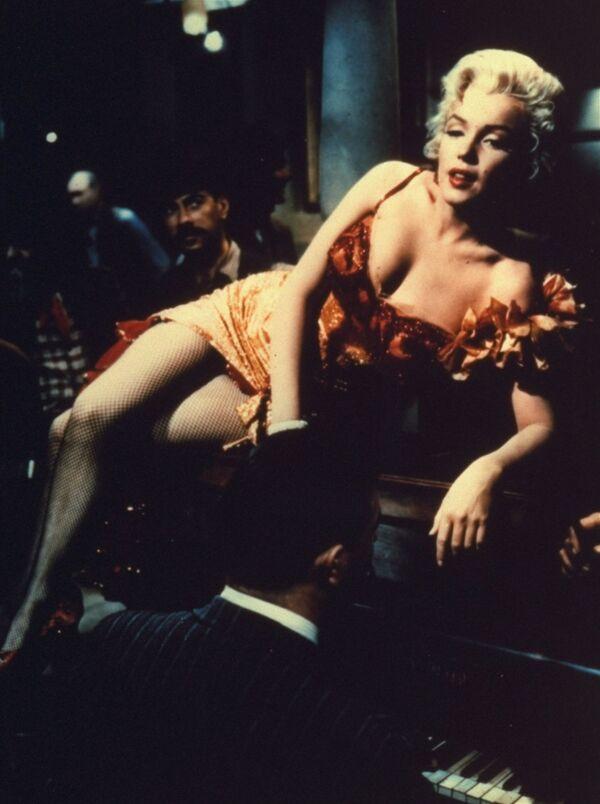 Мэрилин Монро играет певичку из салуна в американском вестерне 1954 года Река не течет вспять. - Sputnik Беларусь
