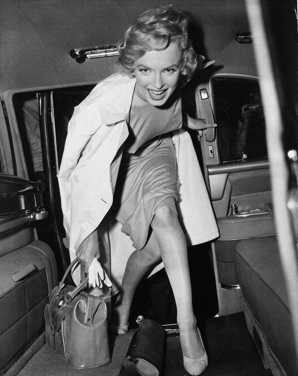 Мэрилин Монро выходит из автомобиля. Она появилась в шести фильмах, которые были выпущены в 1950 году. После роли сексуальной девушки в Асфальтовых джунглях получила неплохие оценки.  - Sputnik Беларусь