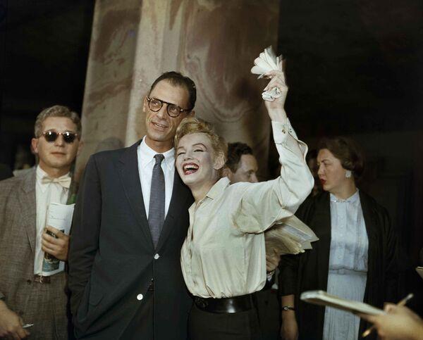 Молодожены Мэрилин Монро и драматург Артур Миллер после гражданской свадебной церемонии в Уайт-Плейнс, штат Нью-Йорк, 29 июня 1956 г. - Sputnik Беларусь