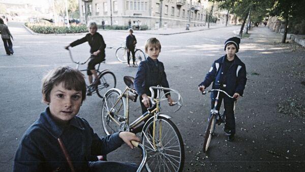 Адэскія хлопчыкі катаюцца на роварах на адной з вуліц горада, 1978-ы - Sputnik Беларусь