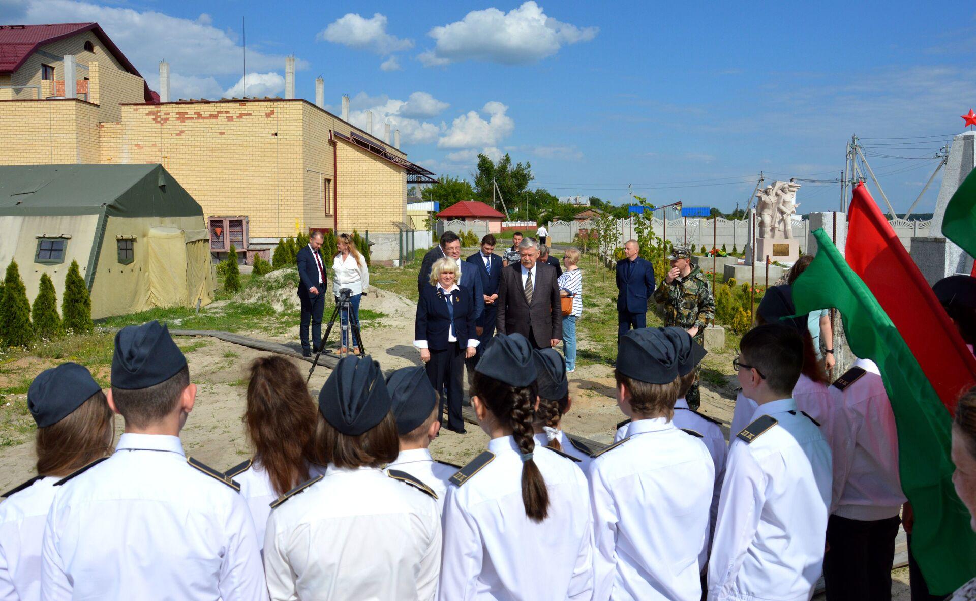 Специально для посла по аллее провели экскурсию - Sputnik Беларусь, 1920, 29.06.2021