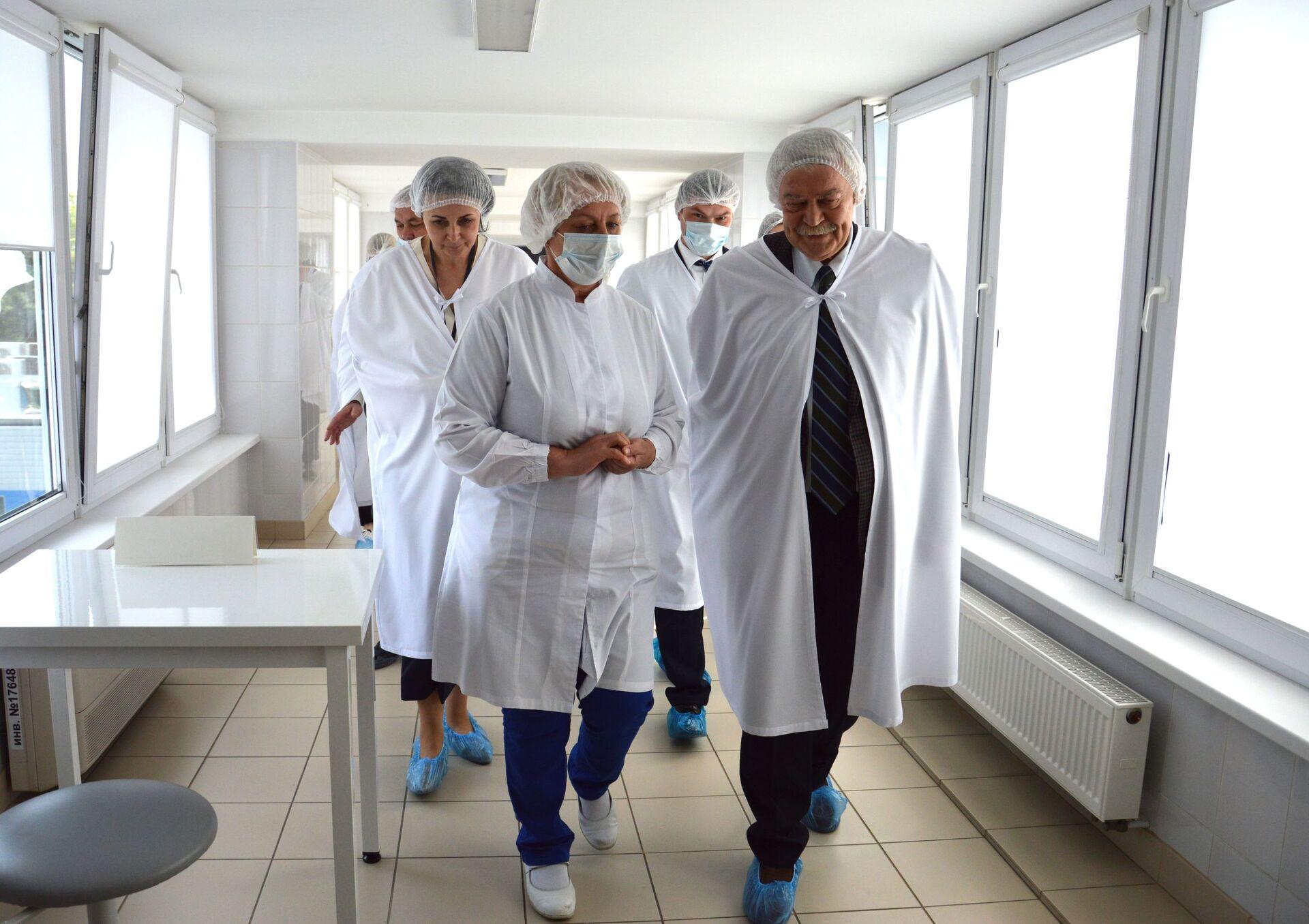 На предприятии Савушкин продукт дипломат познакомился с процессом производства молочной продукции - Sputnik Беларусь, 1920, 29.06.2021