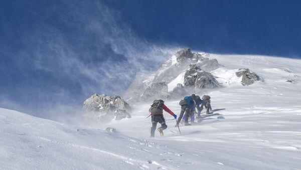 Видеофакт: спасатели эвакуировали с Эльбруса сорвавшегося в расщелину альпиниста  - Sputnik Беларусь