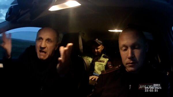 Пьяный водитель пытался съесть протокол и сбежать от инспекторов – видео  - Sputnik Беларусь