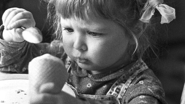 Работа фотографа В. Опалина Как вку-у-сно!, 1967 год - Sputnik Беларусь
