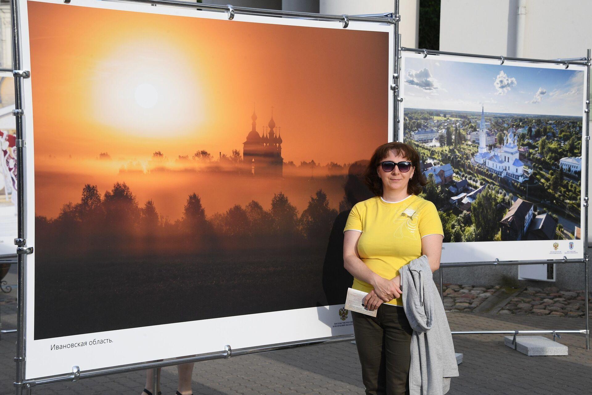 Выставка возле городской Ратуши в Минске, приуроченная Дню России - Sputnik Беларусь, 1920, 29.06.2021